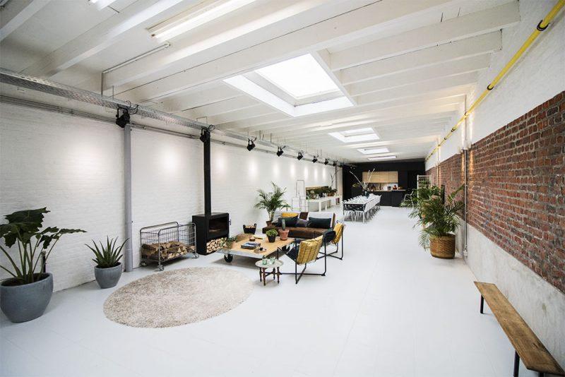 Grande salle avec table