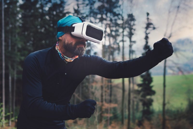 casque réalité virtuel homme barbu arbre