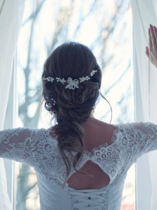 femme mariée robe rideau blanc