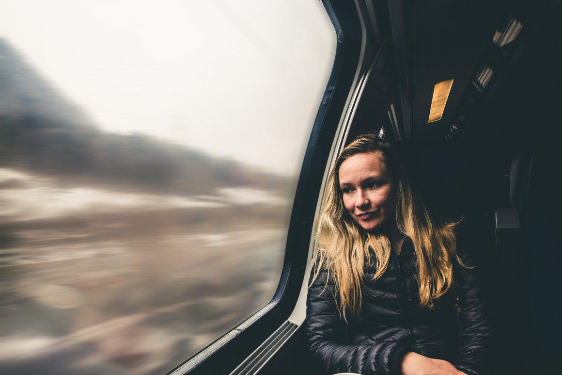 femme regardant à travers une fenêtre