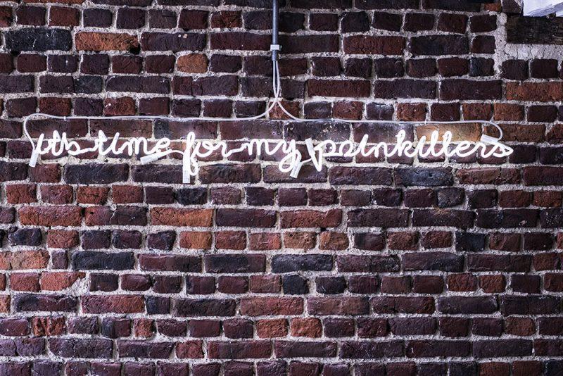 mur brique néon