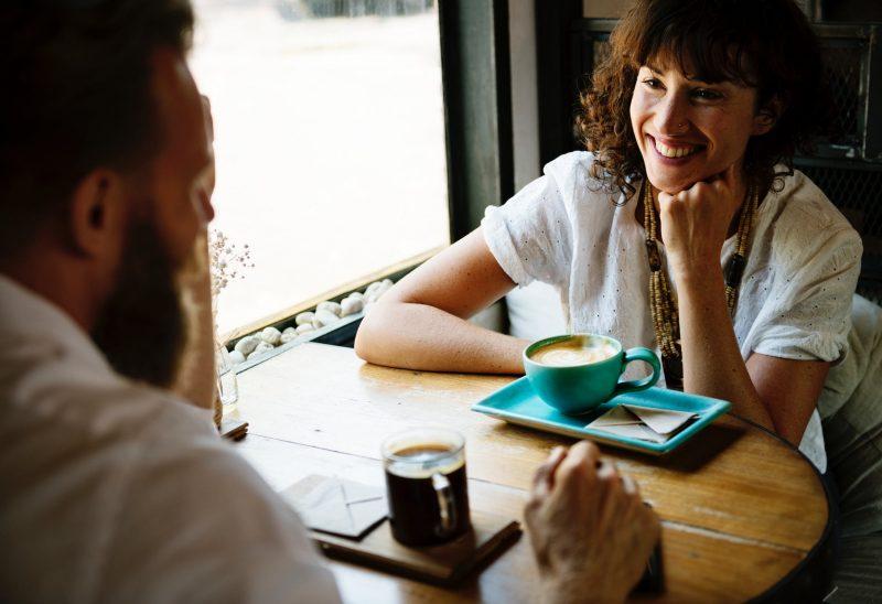 femme café bar couple