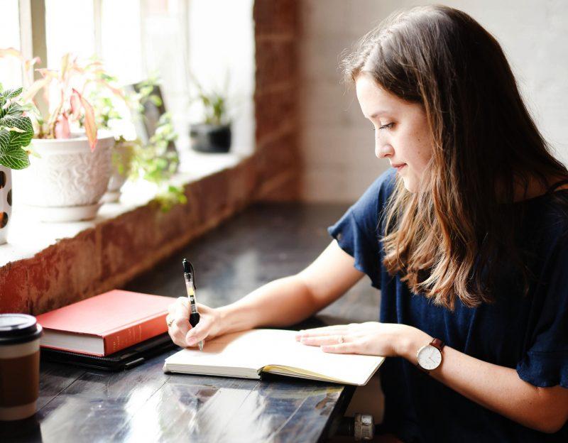 fille écrit livre