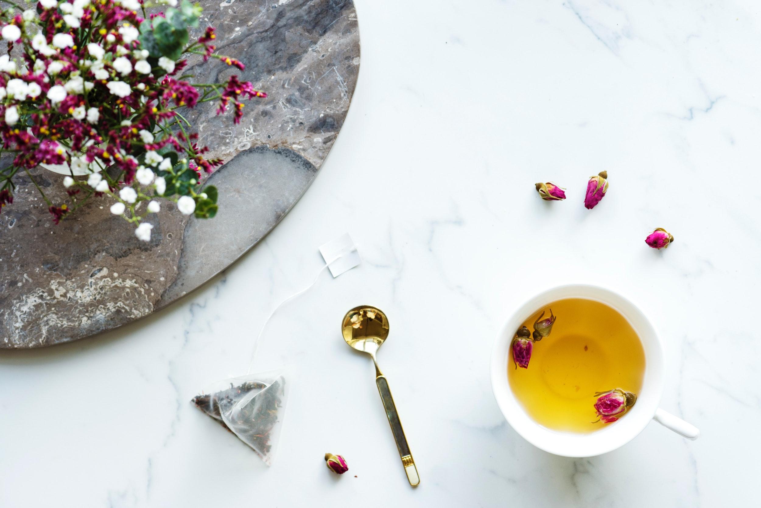 thé fleurs marbre tasse cuillère