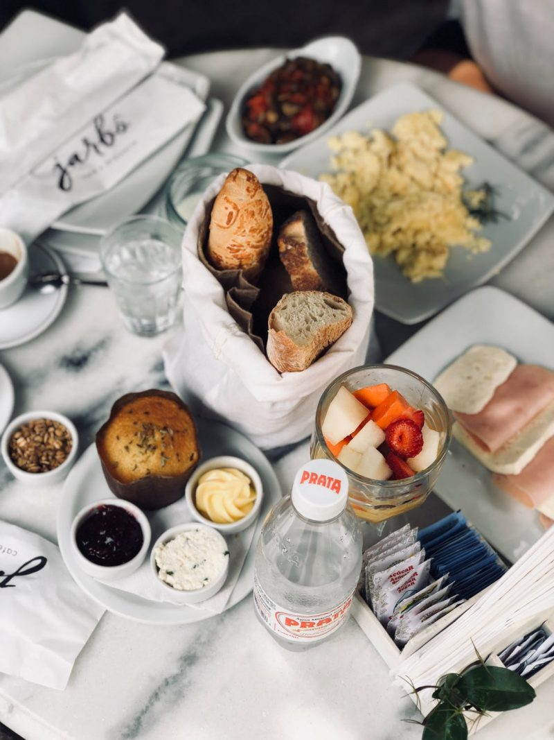 brunch oeuf jambon fromage muffin pain fruits