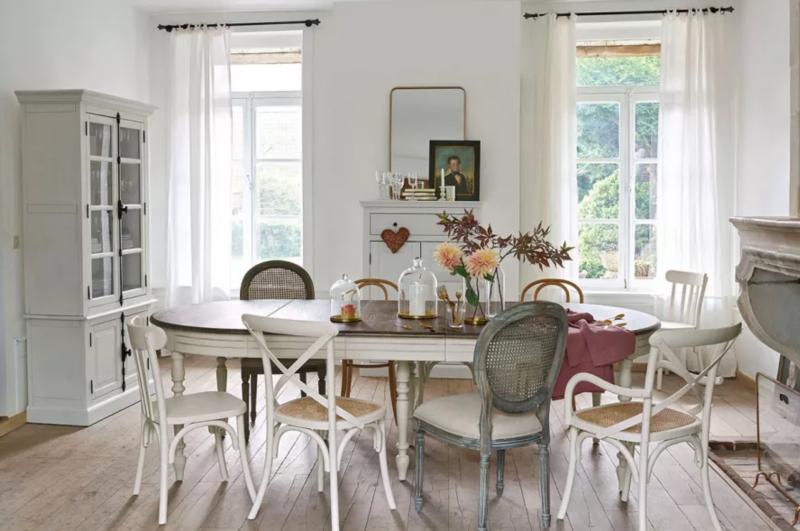 chaises fleurs table tableaux vase fenetres