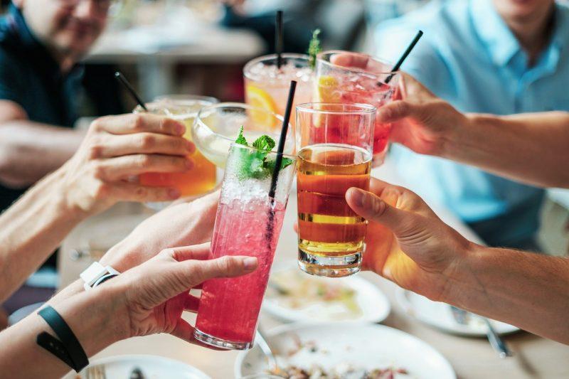 cocktails boissons glaçons alcool mains pailles menthe