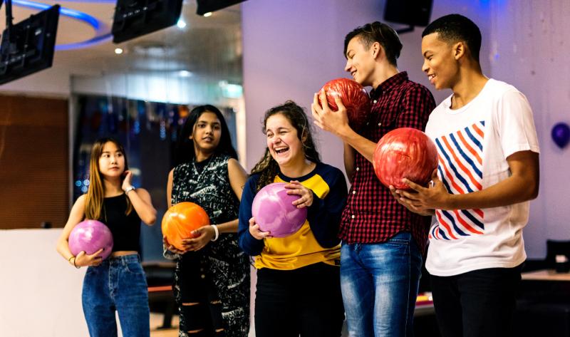 bowling equipe jeunes rouge boules violet orange