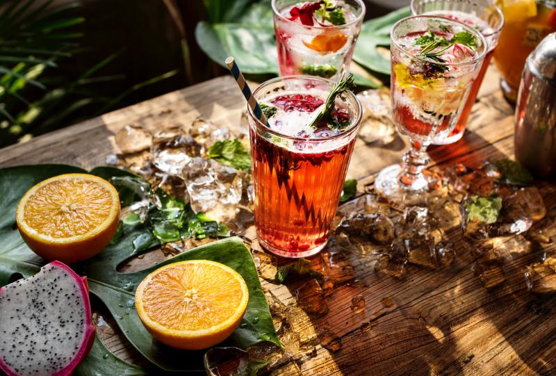 cocktail fruit jus table bois rouge orange jaune vert