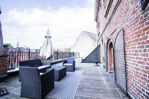 terrasse briques marrons brun noire parasol ciel