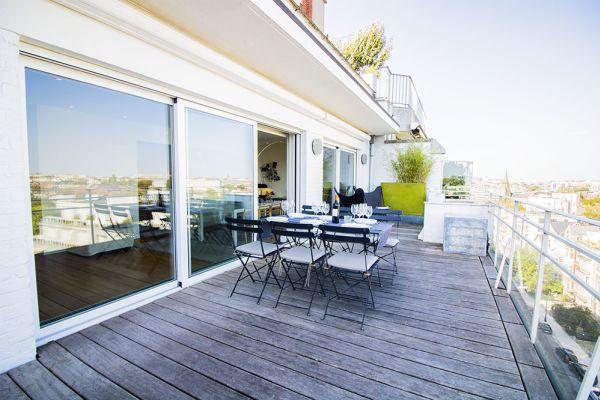 penthouse manuel toit baie vitrée chaises table