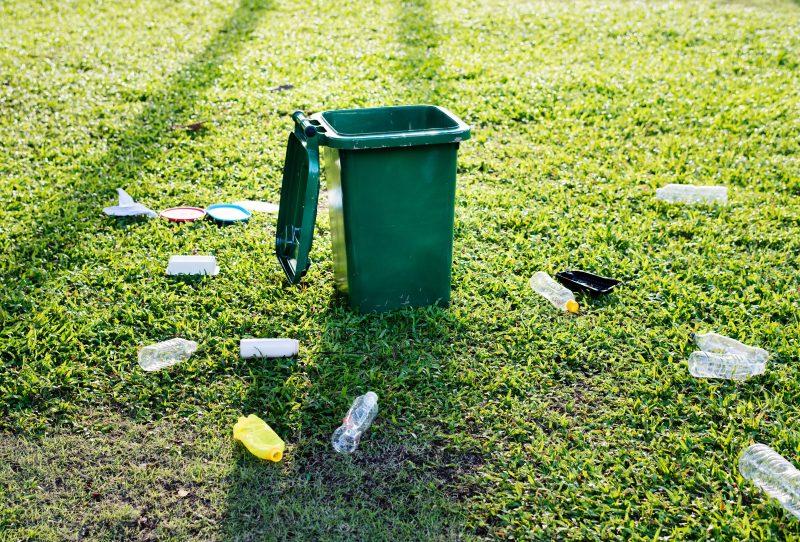 poubelle herbe plastique bouteilles vert