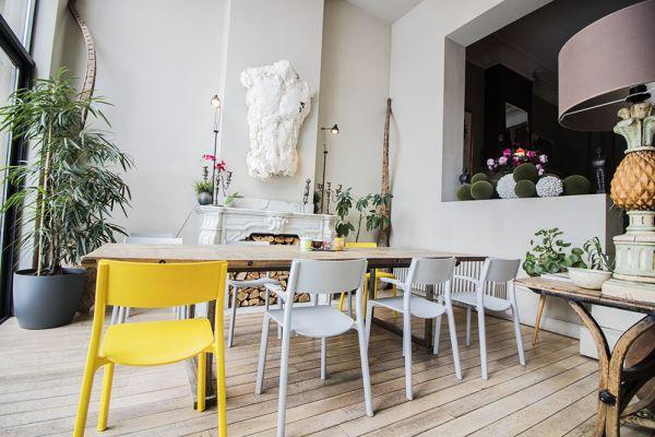 scandinave jaune chaises tables blanc gris plantes fleurs