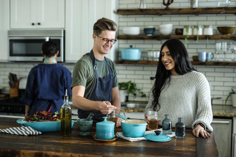 cuisine marron bleu chef femme casseroles bois tablier