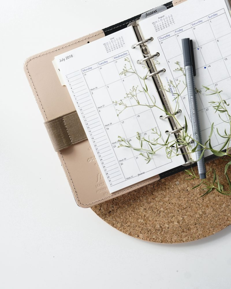 stylo blanc agenda bois marron feuille