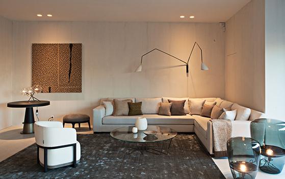 showroom stephane goosse salon canapé lumiere tableau chaise coussins table